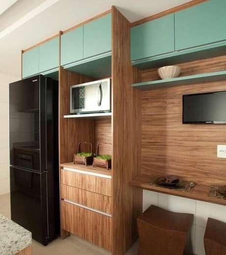20. Armário de madeira para cozinha planejado facilita a organização do espaço. Projeto por Liliana Zenaro