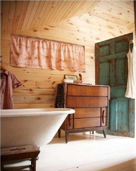 22. O armário de madeira trouxe um toque especial para o banheiro. Fonte: Blog da Tetê