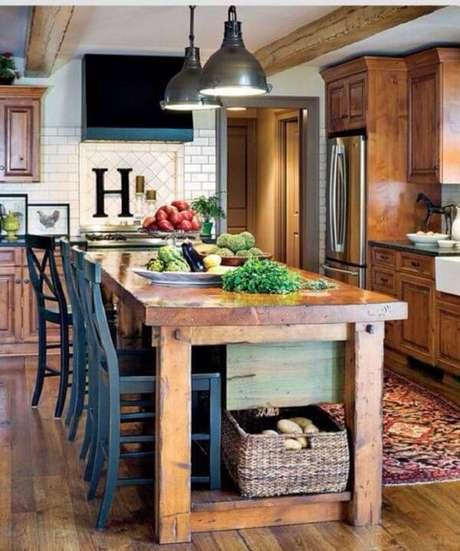 23. A madeira se faz presente em diversos móveis e objetos da cozinha. Fonte: Residence Style