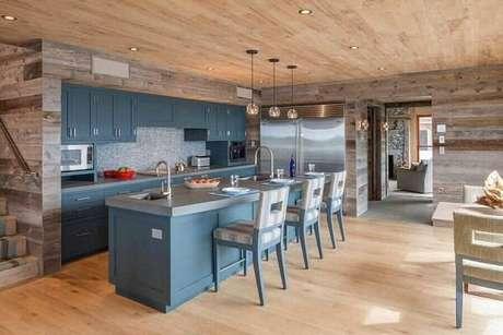 50. Armário de madeira para cozinha em tom azul. Fonte: Riviera Portraits Collections