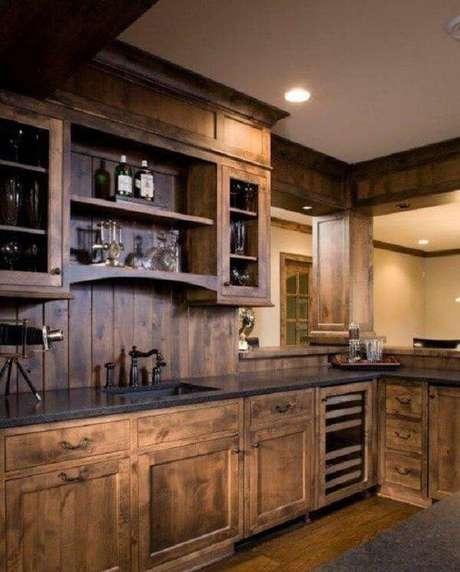 26. Armário de madeira para cozinha com acabamento escuro. Fonte: Pinterest