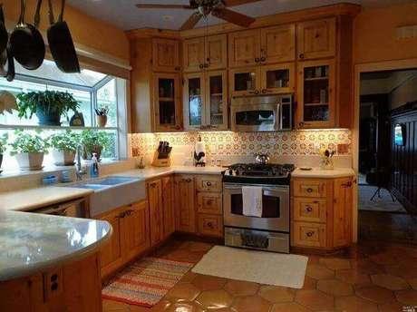 51. Armário de madeira para cozinha com iluminação embutida. Fonte: Air Freshener