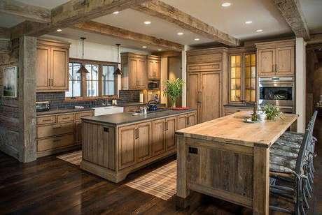 30. Cozinha toda estrutura com bancada e armário de madeira. Fonte: Pinterest