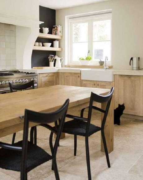 32. O armário de madeira para cozinha foi feito com marcenaria clara. Fonte: Pinterest