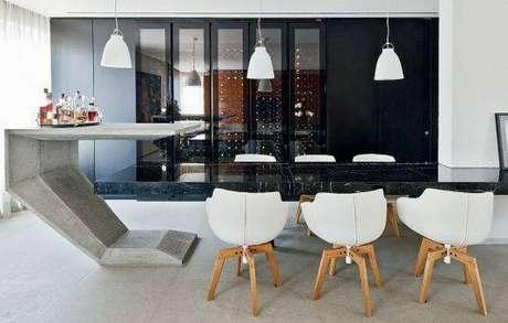 18. A mesa de mármore pode funcionar como um balcão. Foto: Pinterest