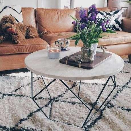 30. A mesa de mármore é perfeita para quem gosta de tapetes. Foto: Westelm