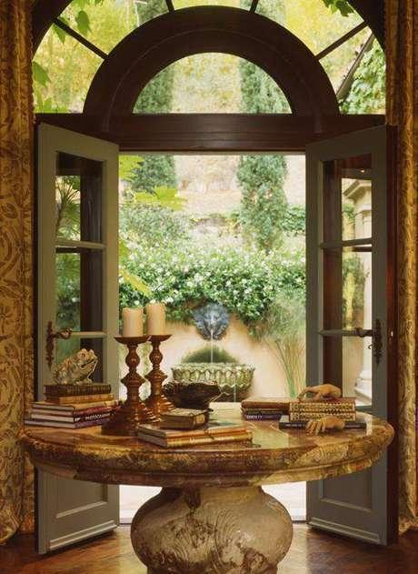 31. A mesa de mármore redonda combina muito com hall de entrada. Foto: Coisas de Terê