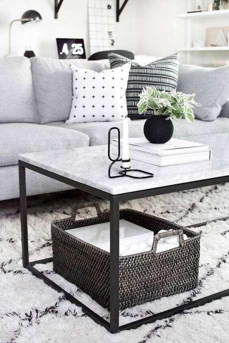 19. A mesa de mármore com base de metal escuro é sempre interessante. Foto: Home Yohmy