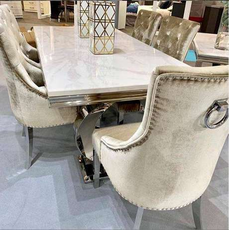 33. Estas cadeiras são tão chamativas quanto a mesa de mármore. Foto: Tides Home & Garden