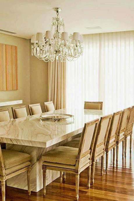 21. Decorações clássicas sempre usam a mesa de mármore. Foto: Tempo da Delicadeza