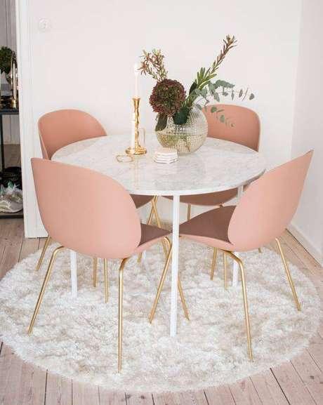 42. A mesa de mármore combina com muitos tapetes. Foto: Casas Treschic