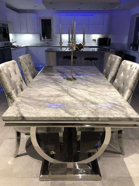 28. A mesa de mármore pode ser ainda mais chamativa. Foto: Pinterest