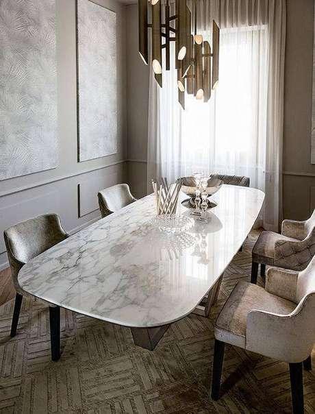24. A mesa de mármore é sempre o principal elemento do cômodo. Foto: Insplosion