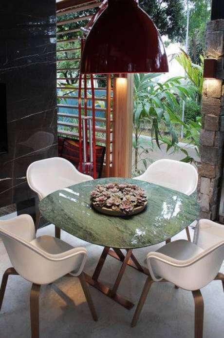40. É possível encontrar mesa de mármore verde. Foto: Casa Pensada