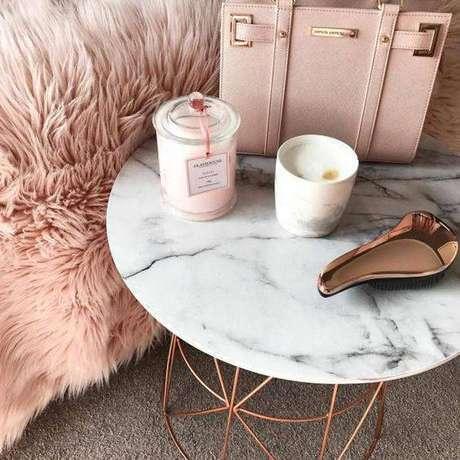 29. A mesa de mármore combina com metais. Foto: Luxo Quarto