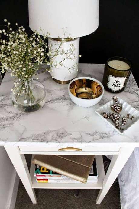 32. A mesa de mármore pode ser simples e ao mesmo tempo chamativa. Foto: Decoração da Casa