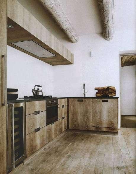 33. O armário de madeira se mistura com o acabamento do teto. Fonte: Pinterest
