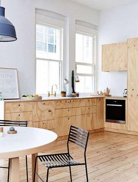 1. Armário de madeira para cozinha feito com marcenaria clara. Fonte: Pinterest