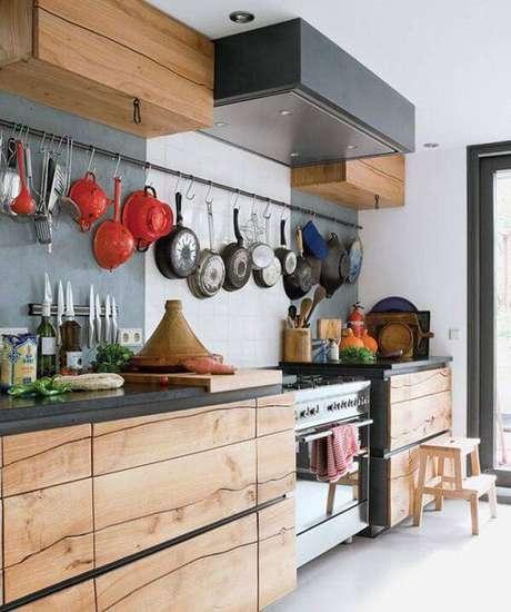 5. Armário de madeira maciça com design único. Fonte: Pinterest