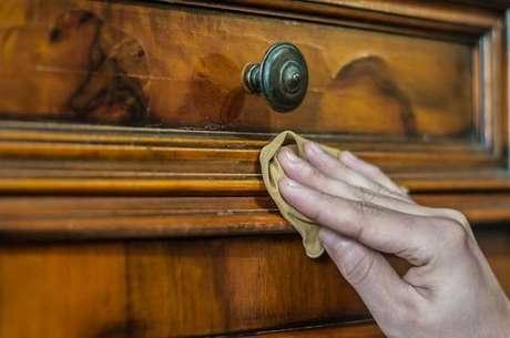 3. Como limpar um armário de madeira rústico sem danificá-lo. Fonte: Mary Help