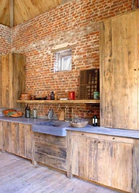 42. Modelo de armário de madeira rústico e parede de tijolinho aparente. Fonte: Pinterest