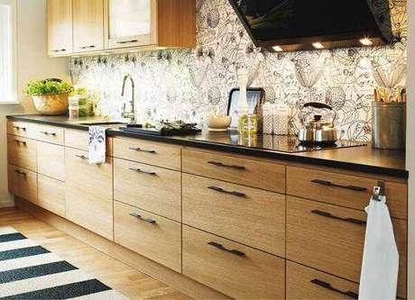 45. Modelo de armário de madeira com puxador metálico preto. Fonte: Pinterest