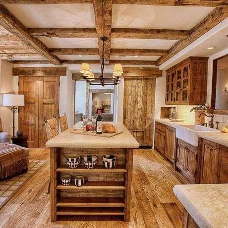 44. Modelo de armário de madeira para cozinha rústico. Fonte: Pinterest