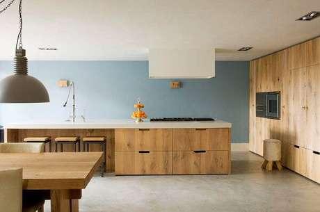 48. Armário de madeira com gavetas e recuo para guardar as banquetas. Fonte: Pinterest