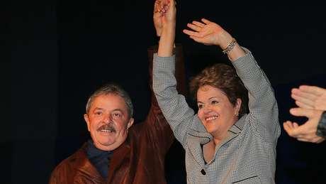Lula com Dilma em 2013; em campanha acirrada com menor presença do ex-presidente, a petista venceu Aécio Neves