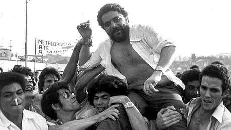 Lula após comício de sindicalistas em 1979; no Sindicato dos Metalúrgicos, ele lançou as greves de operários que contribuíram para o enfraquecimento da ditadura militar