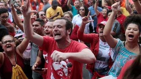 Militantes e sindicalistas foram até sede do Sindicato dos Metalúrgicos do ABC para acompanhar Lula antes de sua prisão, em abril de 2018
