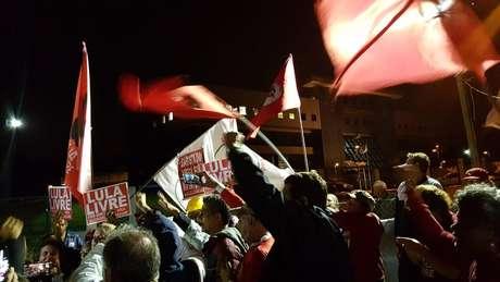 Manifestantes pró-Lula comemoram em frente à Superintendência da Polícia Federal em Curitiba