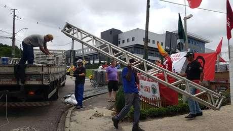 Estrutura para montagem de palco começa a chegar à região da PF em Curitiba; militância espera soltura de Lula