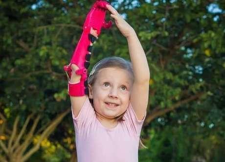 Crianças recebem prótesesem 3D, que podem ser customizadas de acordo com as necessidades.