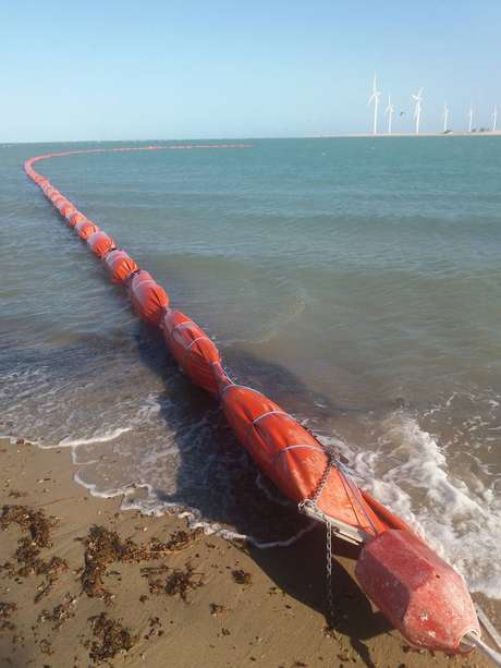 Ceará utiliza barreiras para conter avanço do óleo