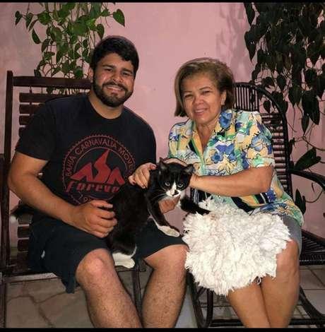 O repórter Artur Lira postou uma foto com o gato, batizado de Frajola, e a tia, que adotou o animal