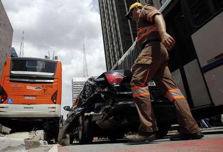 Fiscal da CET confere acidente de trânsito em São Paulo  24/02/2015 REUTERS/Nacho Doce