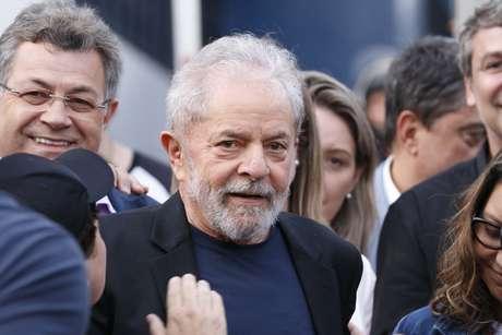 O ex-presidente Lula deixa a sede da Polícia Federal em Curitiba (PR), nesta sexta-feira (08)