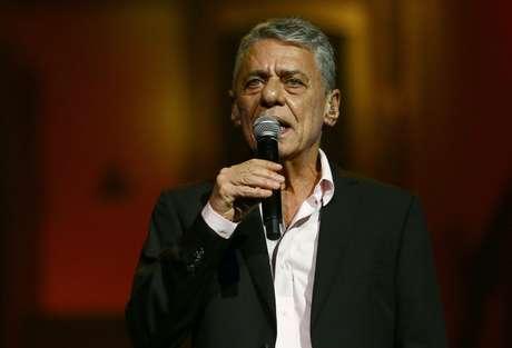 O cantor Chico Buarque apresenta-se durante a entrega do 28º Prêmio da Música Brasileira no Theatro Municipal, na Praça da Cinelândia