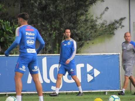 Evandro não participou da atividade desta sexta-feira, no CT do Atlético-GO (Arthur Faria)