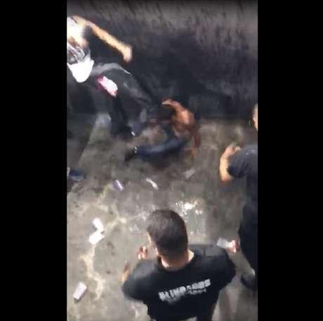 Sergio Fernando, no chão é agredido durante Botafogo e Flamengo (Foto: Reprodução)