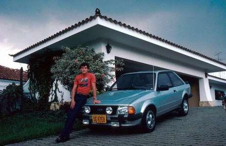 Na foto, Ayrton com um de seus carros pessoais, um Ford Escort XR3. No dia da entrevista, dirigia um Mercedes 300 Estate.