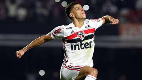 Vitor Bueno deve ficar à disposição para a partida contra o Athletico-PR (Foto: Rubens Chiri/São Paulo)