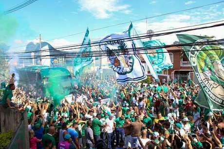 Torcida do Guarani fez bonita festa para recepcionar os jogadores do clube antes de clássico com a Ponte Preta. Confusão com a PM começou após desembarque dos atletas do ônibus