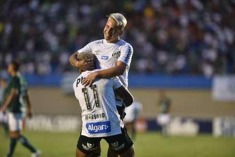 Soteldo comemora gol com Marinho.