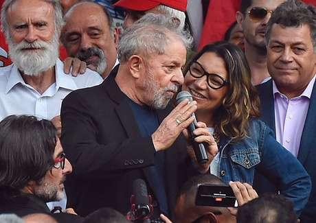 Lula deixa prisão.