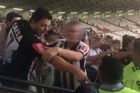O ato racista foi registrado no meio da confusão depóis do jogo contra o Cruzeiro, pelo Brasileiro-(Reprodução/Twitter)