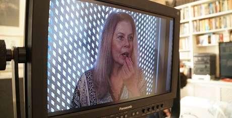 Vera Fischer vista no monitor durante cena de 'Quase Alguém'