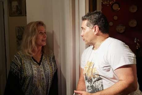 Vera Fischer conversa com o produtor Márcio Rosário entre um take e outro
