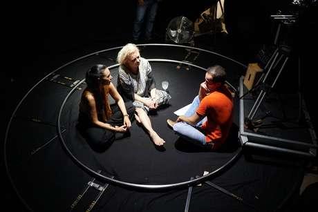 O diretor Daniel Ghivelder conversa com Rita Elmor e Vera Fischer antes de filmar
